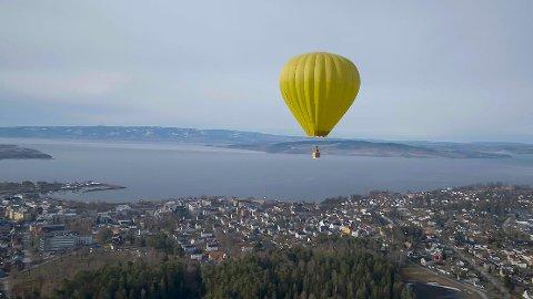 OVER BYEN: En luftballong over Hamar er noe av det seerne får se i «Helium», som har premiere lørdag.