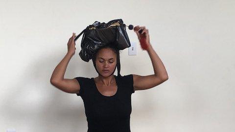 VISUELL KUNSTNER: Maritea Dæhlin er en visuell kunstner som tar oss med inn i hvordan linplanten blir til noe vi kan kle oss i.