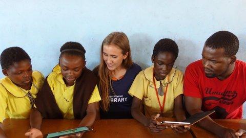 FLINKE: Birgitte og daglig leder i Youth Life i Zambia, Michael Nkhosi, på besøk  på en skole i Kalingalinga