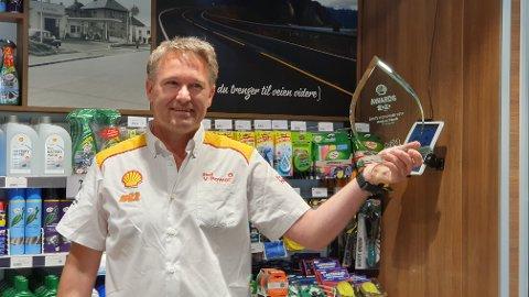 HEDRET: Anders Rasch har blitt «Årets Regionsjef» i Shell. Han må knekke koden for hvordan de skal få flere elbilister skal stoppe på bensinstasjonene i årene framover.