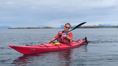 OPPLEVELSER: Ole Martin Mortvedt håper å få en inntekt av å tilby kajakkopplevelser. Her padler han i Vestfjorden.