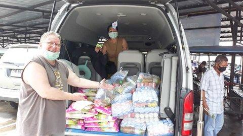 SAMMEN MED KONA: Steinar og kona Yanida har delt ut 14,6 tonn ris til rundt 2.800 familier i Thailand. Foto: Privat