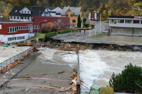 STORE SKADER. Brua over til Hjøllo fikk store skader etter flommen i oktober 2014.