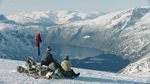 PREMIEREKLAR: Her er far og veslebror med utsikt frå Hellefjell, 1260 meter over Øvre Eidfjord. Handlinga i Knerten-filmen går føre på 1960-talet.