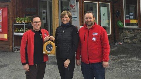 Hjartestartar: No er ein hjartestartar på plass ved Coop-butikken i Røldal. Fv: Haldis Bratteteig, Vibeke Lynghammer og Roger Lynghamar. Foto: Privat