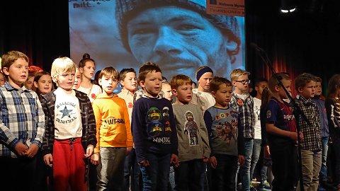 Barnetrinnet ved Lægreid skule invterte bygdefolk og føresette. Elevane i 1.-7. klasse song  og dansa. Foto: Lægreid skule