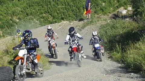 Frå trening: Det vert opningsmarkering for ny motocross-bane på Svartveit førstkomande søndag.