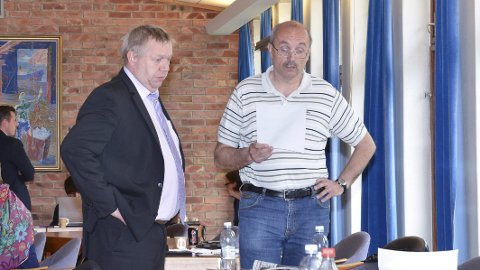 Uenige: Nils Petter Freim (H) og Eivind Tokheim (V). Førstnevnte reagerer på at Tokheim (t.h.) samarbeidet med økonomiavdelingen i sak om ny løyving til Vekst- og strategifondet, og burde derfor blitt erklært inhabil da saken var oppe i Odda kommunestyre. De andre kommunestyrerepresentantene var ikke enige. Arkivfoto: Ernst Olsen
