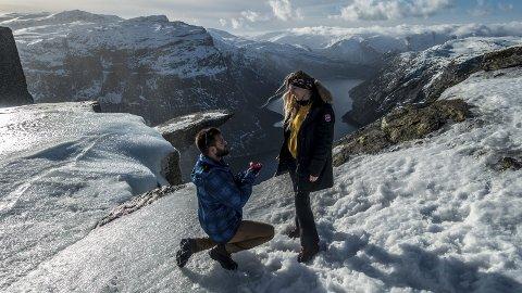 Is på tunga: Kevin kunne ikkje fri på sjølve Trolltunga på grunn av isen. Det sette ikkje ein dempar på romantikken. Foto: Trolltunga Active