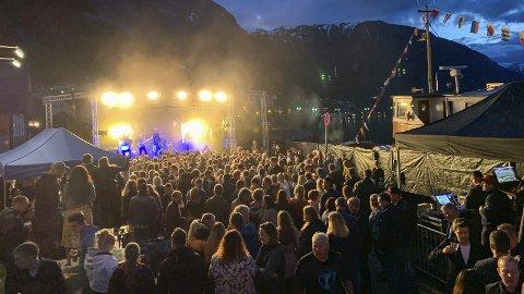 Flott ramme: Arrangøren opplyser at det var 900 innenfor portene fredag kveld, mange kom for å høre Rotlaus.foto: tommy Tverdal