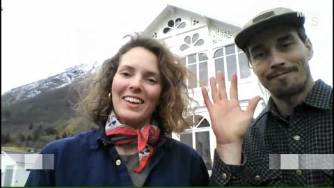 Caroline Steine og Harald Andreassen viste fredag fram hotellet sitt i Sundal under Norge rundt på NRK, ved hjelp av Skype.