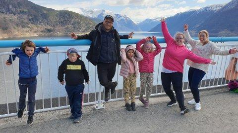 GLEDE PÅ BRUA: Åsmund Nesbakken Røynstrand (8 år), Knut Djønne (6 år), Torkjell Lunde Børsheim, Sophia K. Khoueiry (7 år), Anna K. Mjelde (7 år), Inga Myhr og Magni Rosvold