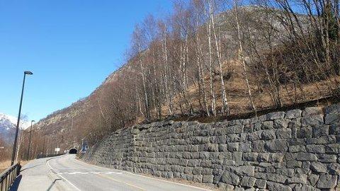 Lausmassane langs denne muren på Riksveg 13 i Tyssedal i Ullensvang kommune skal sikrast. Foto: Frode Lykkebø, Statens vegvesen