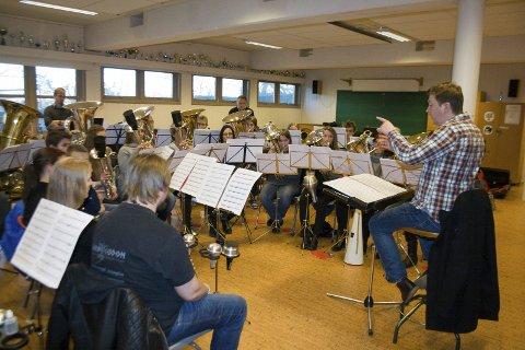 ØVE, ØVE, ØVE: Stangaland Brass har leid inn Rasmus Kærsgaard som dirigent i anledning NM Brass. Sist helg var det øvelsesweekend. Foto: Ruth Sunnanå Sveistrup