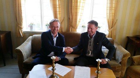 Administrerende direktør Jostein Alendal i Reach Subsea og Aibels konserndirektør for Haugesund Verft, Bjørn Tollefsen singerte avtalen torsdag.