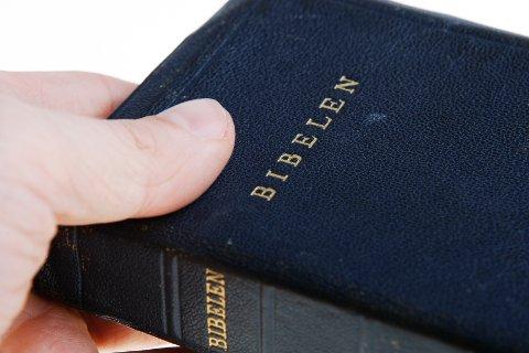 Denne boken selger fortsatt godt og Coop sier de selger flere bibler før påske.