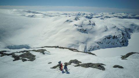 FLOTTE FORHOLD: De 120 deltakerne kom til Kvinnherad for å stå på ski og snowboard i Rosendalsalpene – både guidede toppturer og egenorganiserte turer. De fikk flotte forhold i det nydelige været. Foto: Christian Nerdrum