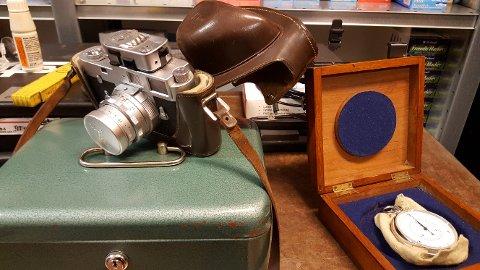 SKATTER: Et strøkent Leica-kamera og ei flott stoppeklokke i sølv var noe av innholdet.