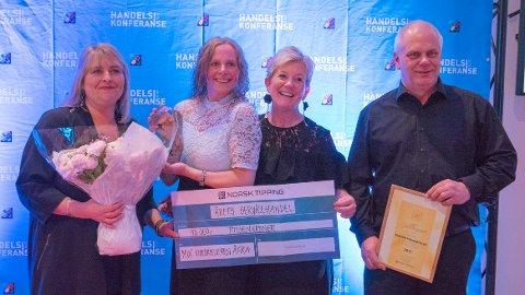 PREMIERT: Mix Videokjelleren Åkra får heder fra Norsk Tipping. Marita Nilsen, Anita Liknes, Elisabeth Digernes Hartvigsen (salgsleder Norsk Tipping) og Geir Walland.