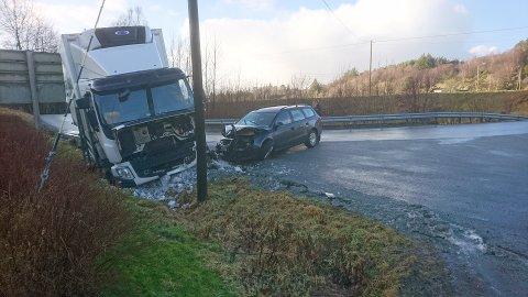 Slik så det ut etter kollisjonen mellom en personbil og en lastebil fredag ettermiddag.