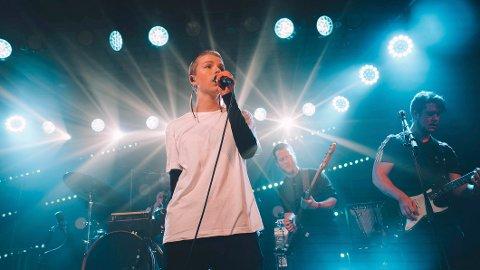 Oda Ulvøy er vokalist og skriver hovedbolken av tekst og melodi til I am K. Men hun holder sterkt på bandtanken, og alle fem medlemmer krediteres likt.–Det er vakkert å være et band, sier hun. Foto: Tobias Aasgaarden / Handout