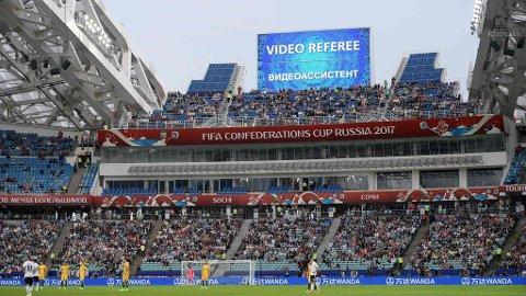 VIDEODØMMING: Publikum skal holdes orientert om hva som skjer og får se situasjonen som diskuteres og den avgjørende reprisen. Her fra en kamp i Confederations Cup i Sotsji mellom Australia og Tyskland.