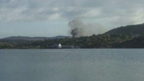 Det veltet tykk, svart røyk opp fra Ognøy i Tysvær fredag morgen.