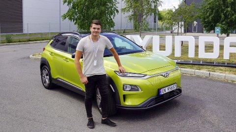 Brooms Mats Brustad er på plass på verdenslaseringen av elektriske Hyundai Kona – som rett og slett foregår i Norge! Sammen med biljournalister fra hele verden er han blant de aller første som får kjøre bilen som tusenvis av nordmenn har bestilt..