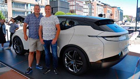 Thomas Vasstrand (t.v) og Robert Andersen(t.h) kjørte 110 mil for å se på bilen de har reservert – og de likte det de så!