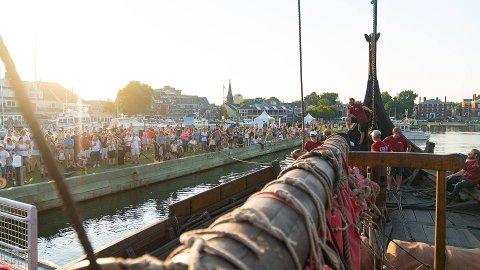 VARM VELKOMST: Tusenvis av historie- og skipsinteresserte amerikanere har i sommer fått oppleve Draken Harald Hårfagre på nært hold. Her fra ankomsten i Salem, Massachusett, i begynnelsen av august.