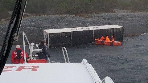 Containeren endte opp i fjæresteinene på fastlandssiden av Karmsundet.