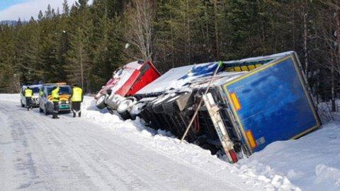 Hver vinter skjer det en rekke uhell og ulykker med tunge kjøretøy på norske veier. I mange tilfeller skjer det som følge av dårlig dekkutrustning. Dette vogntoget kjørte av veien i Engerdal i fjor vinter, og måtte ha bistand for å komme seg opp igjen. Årsaken til utforkjøringen var for øvrig ikke kjent.