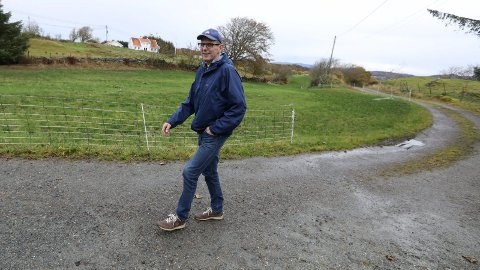 PÅ HAGLAND: På naboeiendommen til Tor Inge Eidesen bor Siw Irene Bogshamn, Senterpartiets andre representant i bystyret. – Jeg er veldig glad for at vi nå er to. Nå kan vi blant annet dele på å lese alle dokumentene vi får til de ulike sakene som tas opp, forteller han.