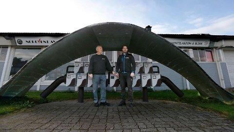 UTENOM DET VANLIGE: Karl Johan Knutsen (t.v.) tok ordentlig i da han laget postkassestativet utenfor firmaet sitt. I dag er det Ruben Hinderlid som eier og leder Norovent Ventilasjon og Blikk i Haugesund.