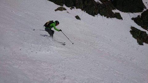 DYRT UTSTYR: Mats Nordvik på vei ned fjellet torsdag ettermiddag.