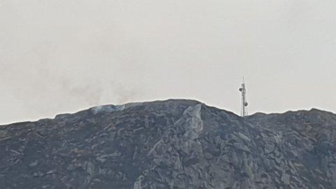 Det kommer røyk fra fjellsiden på vestsiden av Alvanuten i Aksdal. Dette skyldes kontrollert lyngbrenning.