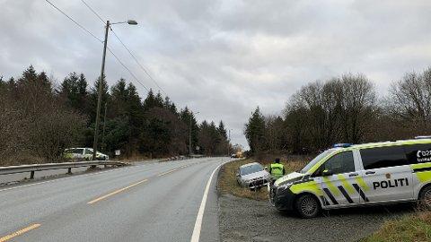 I GRØFTEN: Den ene bilen havnet i grøften etter at to biler var involvert i ei trafikkulykke torsdag.