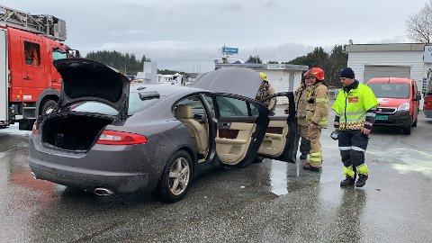 RØYK: Det kom røyk fra motoren på bilen.