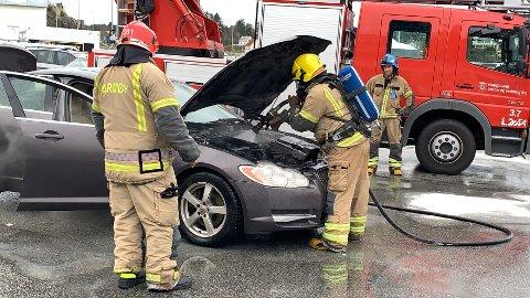 MOTOR: Røyken kom fra motoren på bilen.