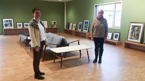 UTSTILLING: Torsdag åpner kunstutstillingen i Kopervik kirke. Daglig leder Inger Marie Dagsland (t.v.) og Lise Forland. Utstillingen blir nettbasert på grunn av korona-situasjonen. - De som ønsker å se bildene her kan bestille visning. Kun to personer kan komme og se samtidig, sier de.