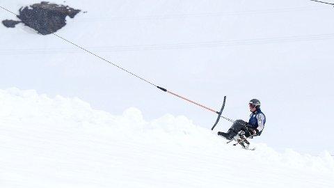 PLANKEKJØRING: Jesper Saltvik Pedersen der han trives aller best. I Røldal skisenter - og på vei mot toppen.