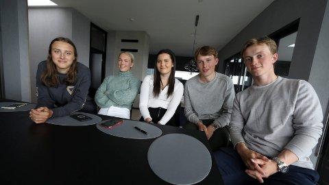 SPESIELL SOMMER: Den planlagte Syden-turen gikk i vasken, men nå blir det sommerjobb og Norges-ferie for disse 17- og 18-åringene. Fra venstre: Hannah Alsaker, Lise Haga, Birgitte Hinderlid, Johan Viksund og Håkon Åsbu.