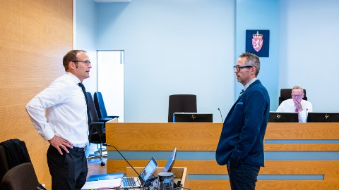 Statsadvokat Asbjørn Eritsland (t.v.) og forsvarer Hallvard Gardshol Bjørndal. Tingrettsdommer Arne Vikse i bakgrunnen.