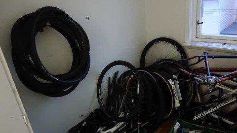 DELER OVER ALT: Hele leiligheten var full av sykkeldeler.