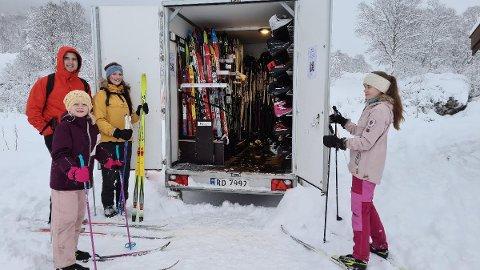 TIL OLALIA: Familien Thomas Åsbø og Elisabeth Kvamen med barna Elin og Emma var en av familiene som ble hjulpet avgårde med ski og sko fra Frilager sin skitilhenger.