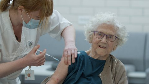 FØRSTE: Johanna Kleven fikk som første karmøybu covid-19-vaksine av sykepleier Gunn Naley. Det var 6. januar. Nå, drøye to uker senere, har nærmere 400 blitt vaksinert i Karmøy, da i all hovedsak på kommunens sykehjem.