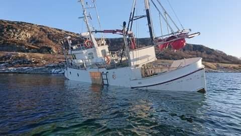 PÅ GRUNN: Ifølge politiet er en privat fiskebåt er i ferd med å gå under i Ognahaben ved Bokn.