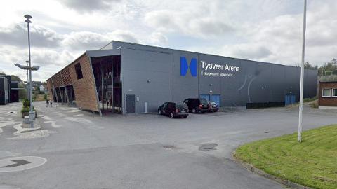 NYTT SKILT: Hallen du gjerne kjenner som Steinsvik Arena skifter navn igjen. Skiltene er allerede oppe.