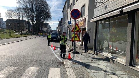 MER OVERSIKT: Haugesund Parkering maler om hvite striper langs fortauet i Haraldsgata.