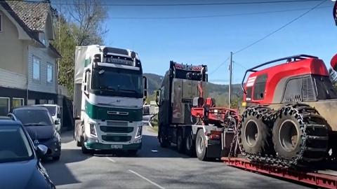 ETNE: Det er disse situasjonene som flere langtransportsjåfører reagerer på langs E134 i Etne. På torsdagens Veikonferanse innrømmet statsråd Hareide at denne traseen ikke holder europaveistandard.